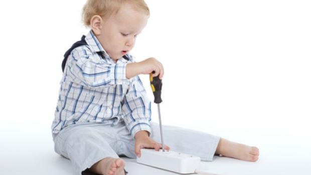 So machen Sie eine Steckdosenleiste kindersicher